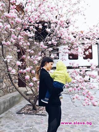 Цвети Пиронкова на разходка с малкия Алекс под тепето