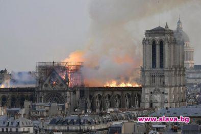 Пожар погълна Нотр Дам, кулата-стрела рухна