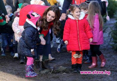 Кейт с БГ вълнени чорапи за благотворителна инициатива