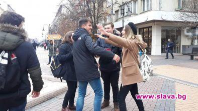 Ученици подаряват топли прегръдки