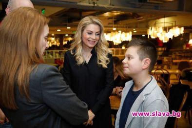 Венета Райкова горда с 1-та книга на сина си