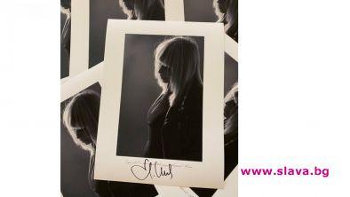 Лили Иванова блесна върху сувенирна фотография