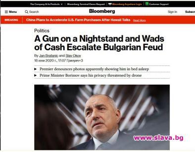 Блумбърг: Пистолет на нощно шкафче и пачки пари...