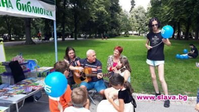 Зелени библиотеки канят читатели в парковете на София