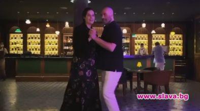 Джон Траволта и дъщеря му танцуват в чест на Кели...