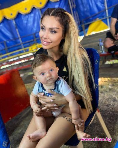 Джулиана Гани коригира ушите на сина си