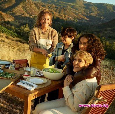 Джей Ло в щастлива семейна реклама с децата и майка си