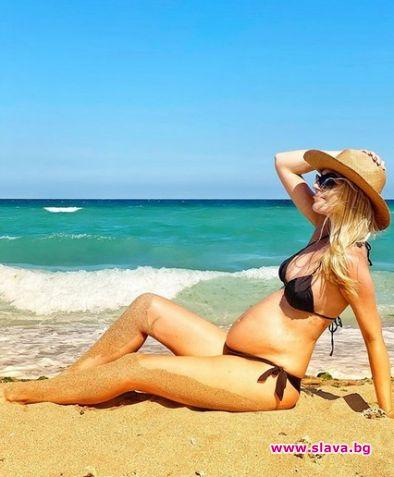 Бременната Поли Гергушева събира слънце на плажа в...