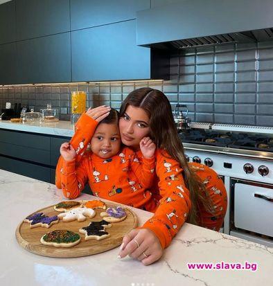 Кайли Дженър приготви сладки с дъщеря си
