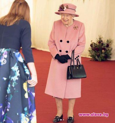 Феновете критикуват кралицата, че не носи маска