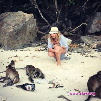 Фолкпевицата Рени нахрани и се забавлява с маймуни по време