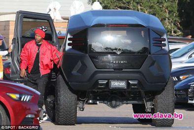 Американският актьор и музикант Джейми Фокс показа огромната си бронирана