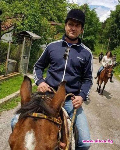 Джерард Бътлър на езда във Владая