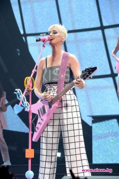 Кейти Пери зарадва фенове на концерта си в родния си
