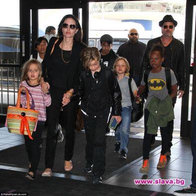 Актрисата Анджелина Джоли е длъжна да осигури на Брад Пит