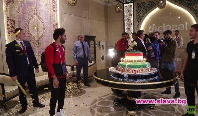 Египетската футболна икона Мохамед Салах получи 100-килограмова торта, украсена със
