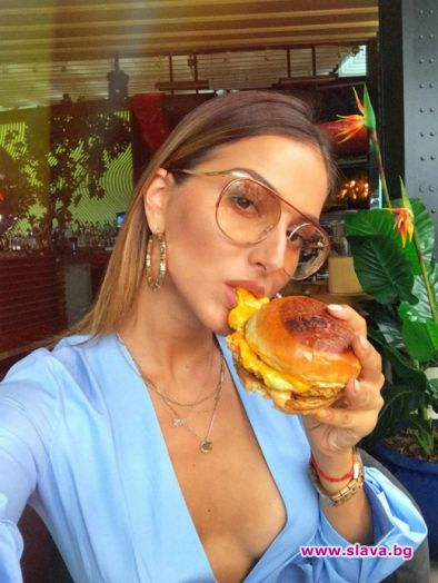 Моделът Александра Богданска е секси, дори когато обядва. Вчера бившата