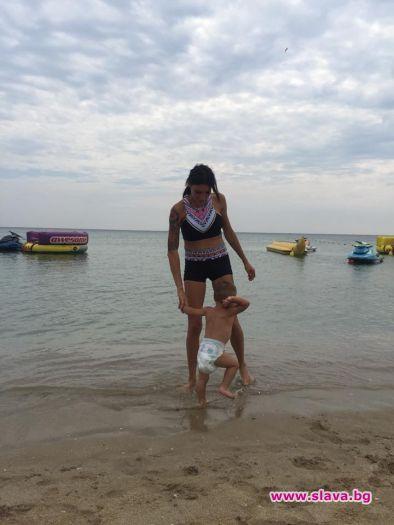 Златка Димитрова заведе сина си на море в Бургас. Малкият