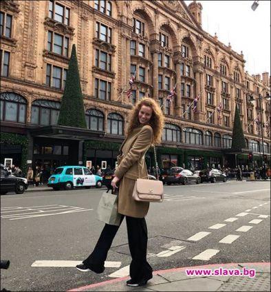 Синоптичката Гери Малкоданска си подари заслужена ваканция в Англия. Къдрокосата