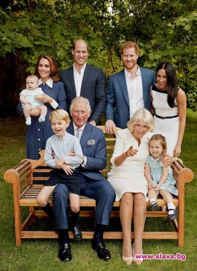 Принц Чарлз се усмихва, тъй като е заобиколен от най-близките