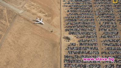 Снимка на хиляди неизползвани автомобили, паркирани в пустинята Мохаве, беше
