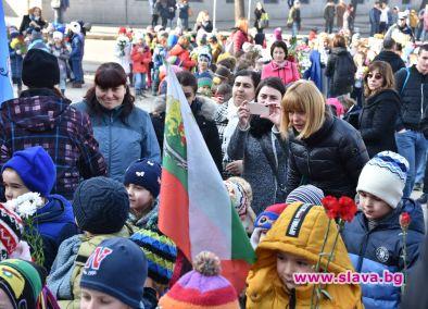 Кметът на София Йорданка Фандъкова изчака група деца за поднасяне
