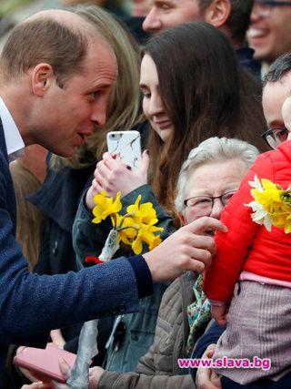 Принц Уилям прави прически на дъщеря си Шарлот. По време