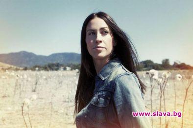 Поп певицата Аланис Морисет е бременна с третото си дете.