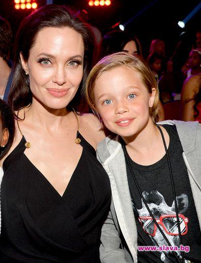 Снимка: Джоли плаща за смяна на пола на дъщеря си