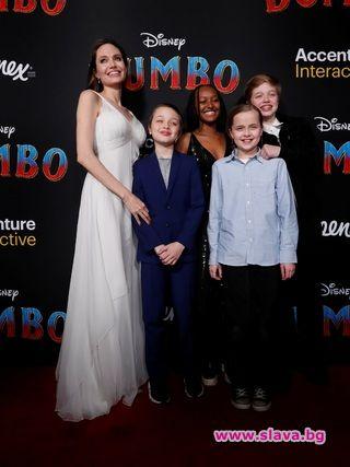 Снимка: Джоли с децата: Всеки ден е приключение