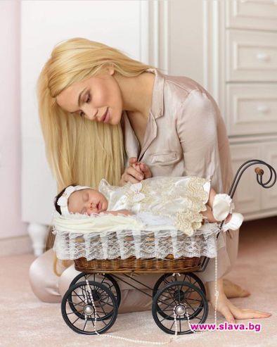 Снимка: Вероника Стефанова с първа фотосесия след раждането