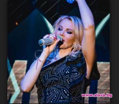 Снимка: Емилия пази микрофона като очите си