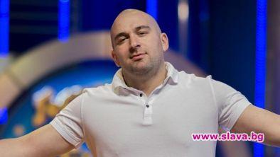 Снимка: Боби Ваклинов протяга ръка към награда от BG Music Festival