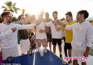 Джо Джонас събра братята си на ергенско парти на остров