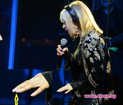 Лили Иванова си счупи маникюра на концерт си в Панчарево,