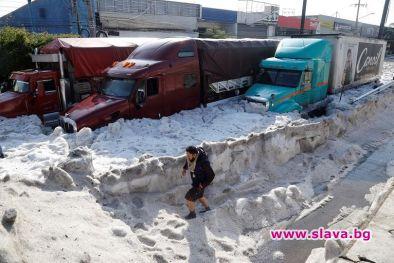 Невиждана градушка засипа части от мексиканския град Гуадалахара, съобщава bnt.bg.