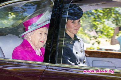 Снимка: Кейт Мидълтън на църковна служба с кралицата в Шотландия