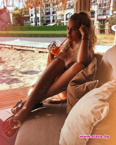 Снимка: Тита с коктейл на плажа - красива и романтична