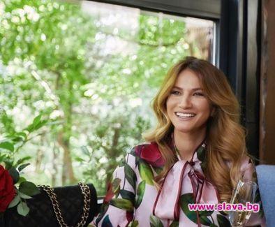 Бременната приятелка на Гала – Зейнеб Маджурова, размахва чаша вино