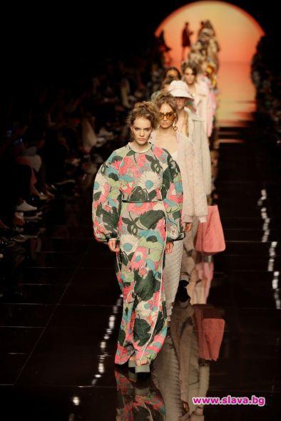 Колекцията на Fendi бе показана сред декор, пресъздаващ слънчев ден.