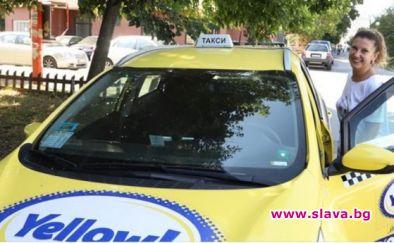 Разследващият журналист Миролюба Бенатова е започнала работа като таксиметров шофьор.