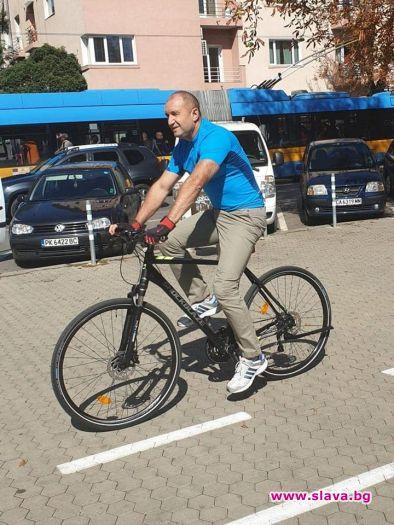 Снимка: Президентът Радев на колело в центъра на София