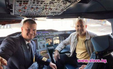 Президентът Румен Радев седна в пилотското кресло на най-големия пътнически