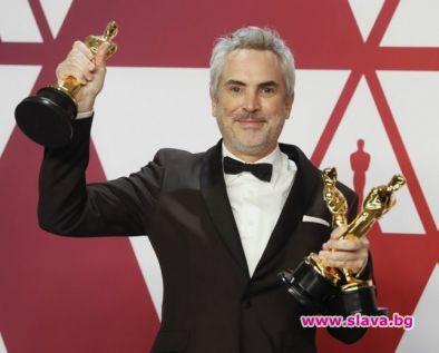 Алфонсо Куарон е подписал няколкогодишен договор с Епъл. Сделката обвързва
