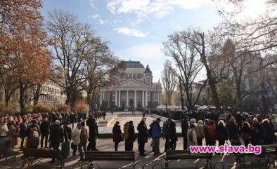 Колеги, приятели, близки и почитатели се стекоха пред Народния театър