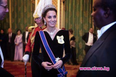 Кралица Елизабет Втора организира ежегодния предколеден прием в Бъкингамския дворец.