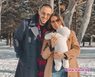 Младата майка Теа Минкова, която роди дъщеря си Амая преди