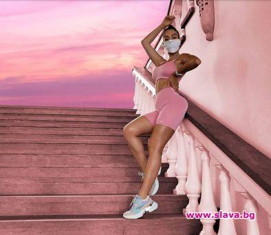 Красивата футболна половинка позира облечена в розов спортен екип, който