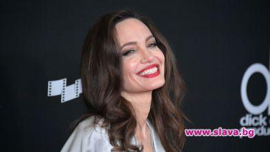 Американската актриса Анджелина Джоли празнува45-ия си рожден ден. Тя е