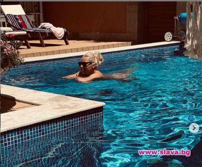 Фолк певицата Камелия се пусна от басейна и разпали фантазиите